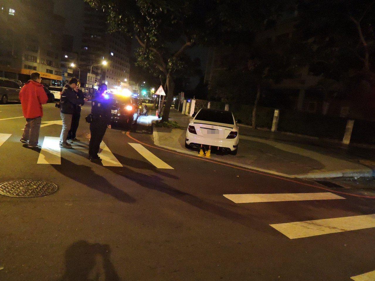 台中市張男酒駕白色賓士停在北區太原路與梅川東路口,員警無論拍窗、鳴哨都叫不醒,車...