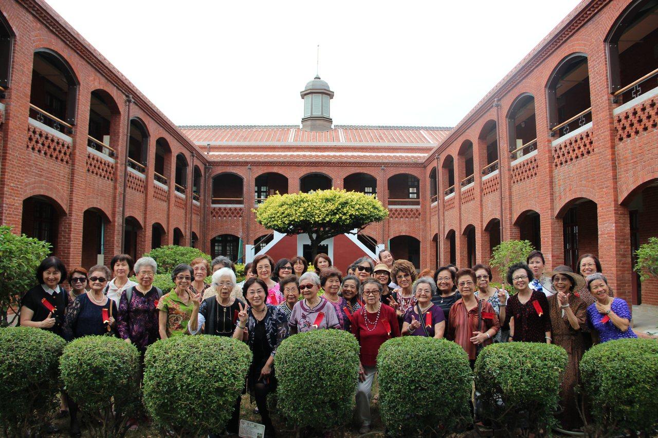 台南市長榮女中是台灣最早的淑女養成地,資深校友日前回娘家,追憶過往甜美時光。圖/...