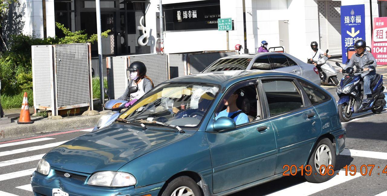 陳姓男子收到警方舉發照片,申訴「有繫安全帶」卻收到罰單。記者林保光/翻攝