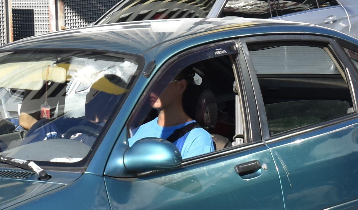 警方放大檢視照片,清晰可見安全帶就垂在一旁,斜貼駕駛人身上的帶子是背包帶。記者林...