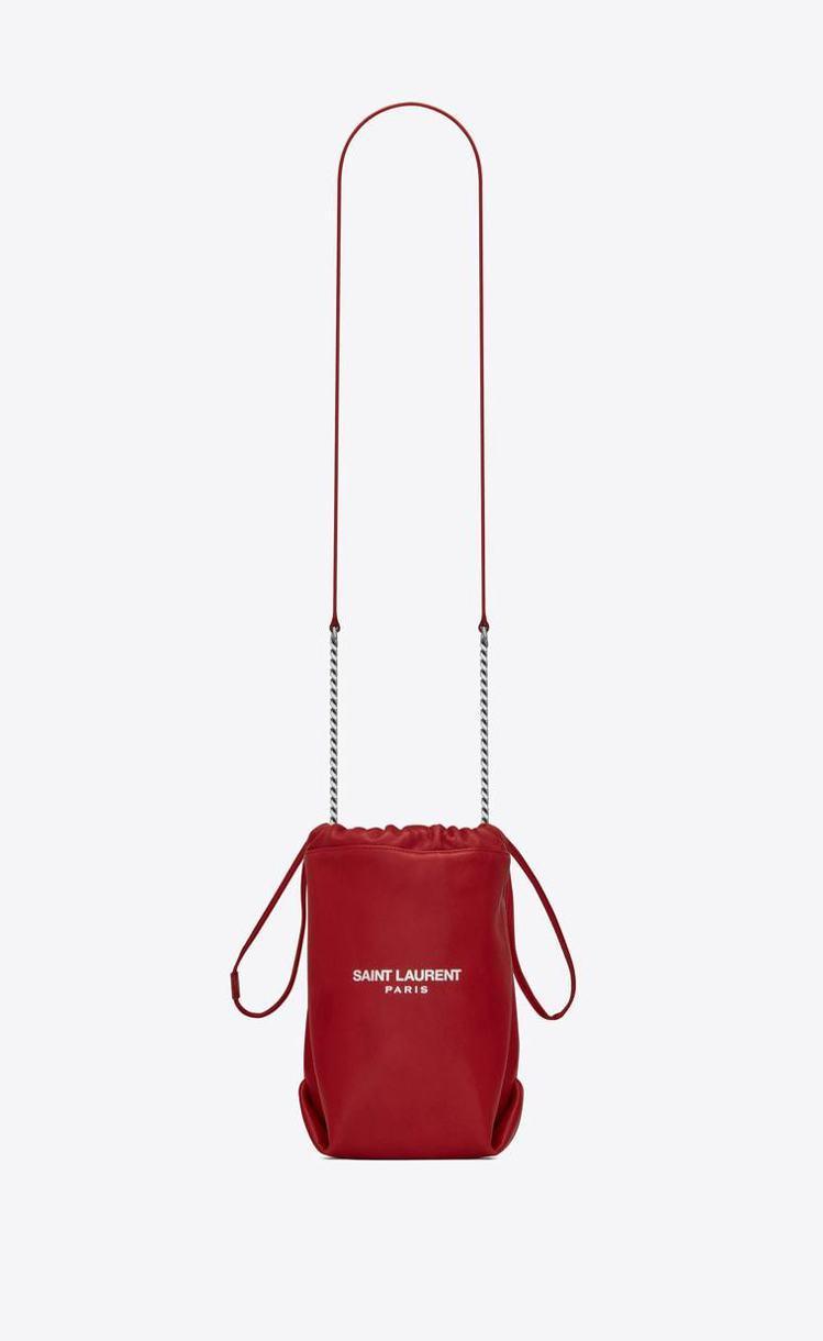 Saint Laurent把旗下廣受歡迎的Teddy水桶束口袋包款縮小。圖/摘自...