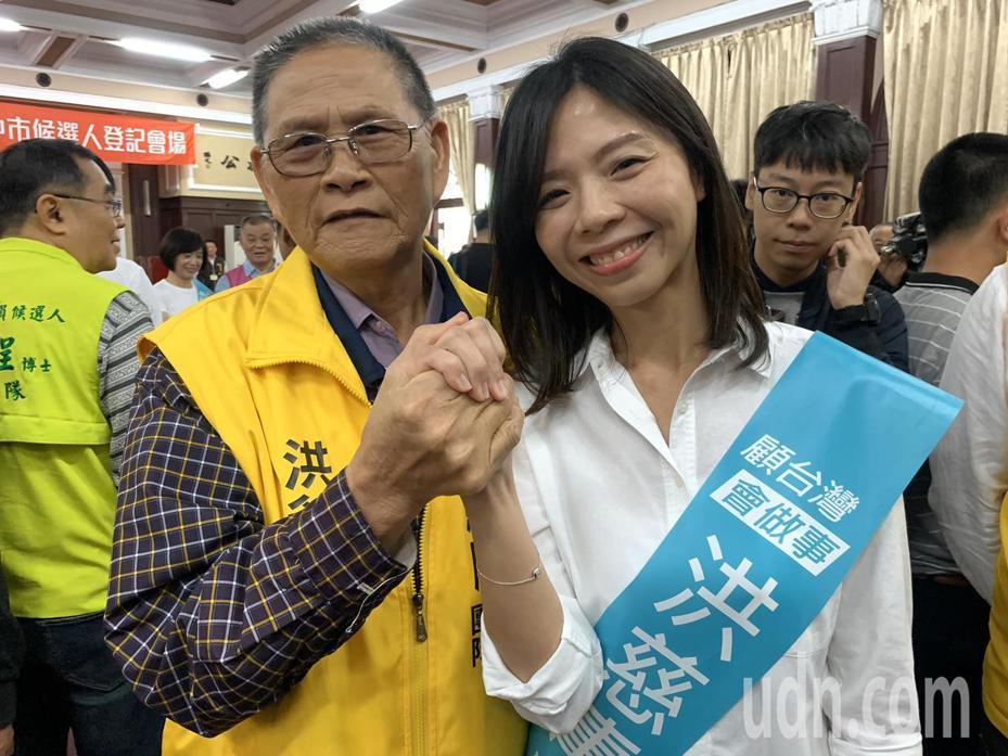 無黨籍洪慈庸(右)在父親陪同下和民進黨其他立委一起聯合登記,她痛批楊瓊瓔一直遲遲不辭副市長職務,帶職參選是很不好的示範。記者喻文玟/攝影