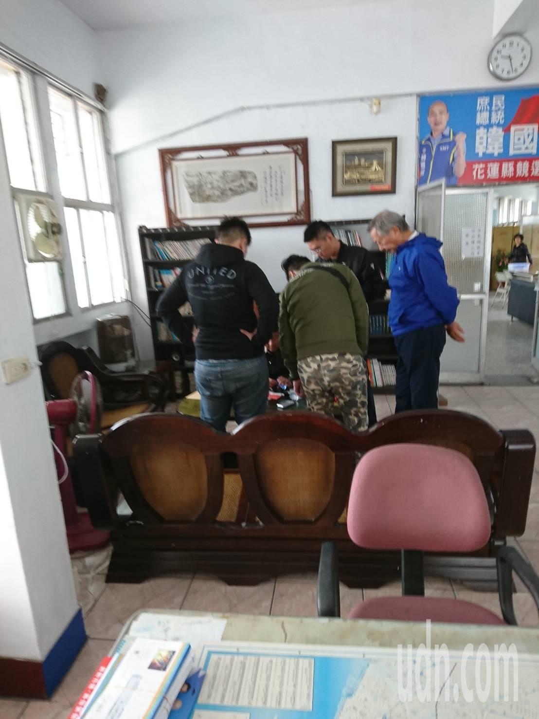 國民黨花蓮縣黨部一樓的民眾服務社,今天有黑衣人遭警方帶走。記者王燕華/翻攝