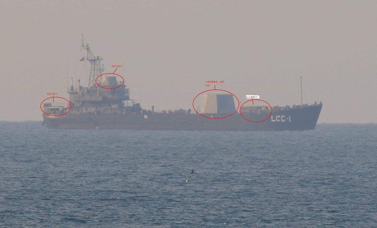 高雄艦月前進出港時被軍迷攝得甲板有八角型雷達塔與疑似垂直發射系統等四處新測試裝備...