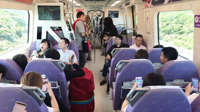 桃園機場捷運車廂有異味,桃捷公司將採更換椅套泡棉與改善空調方式因應。 圖/取自桃...