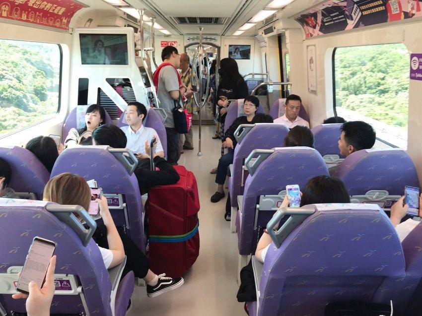 桃園機場捷運車廂有異味,桃捷公司將採更換椅套泡棉與改善空調方式因應。圖/取自桃園...
