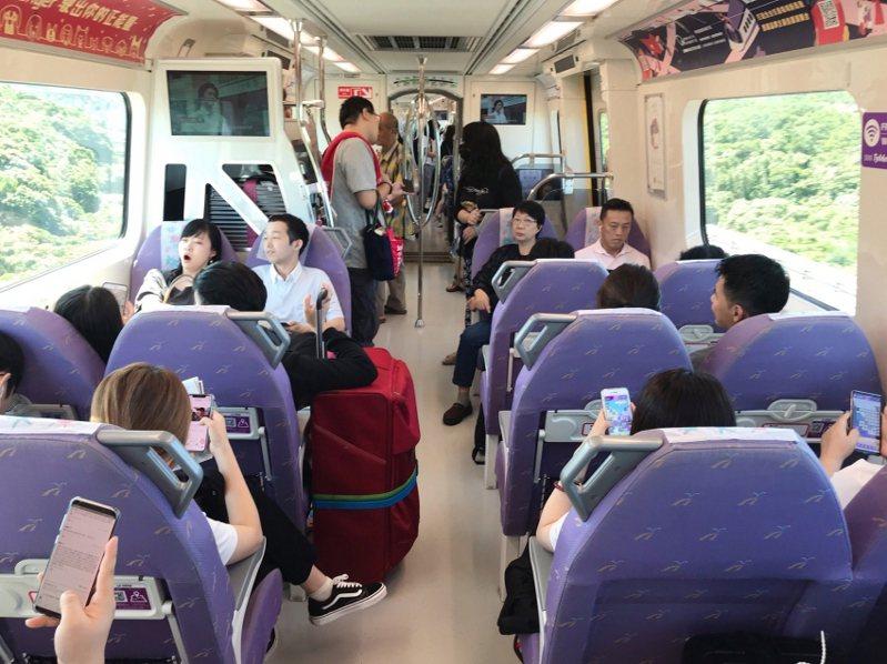 桃園機場捷運車廂有異味,桃捷公司將採更換椅套泡棉與改善空調方式因應。圖/取自桃園捷運公司官網