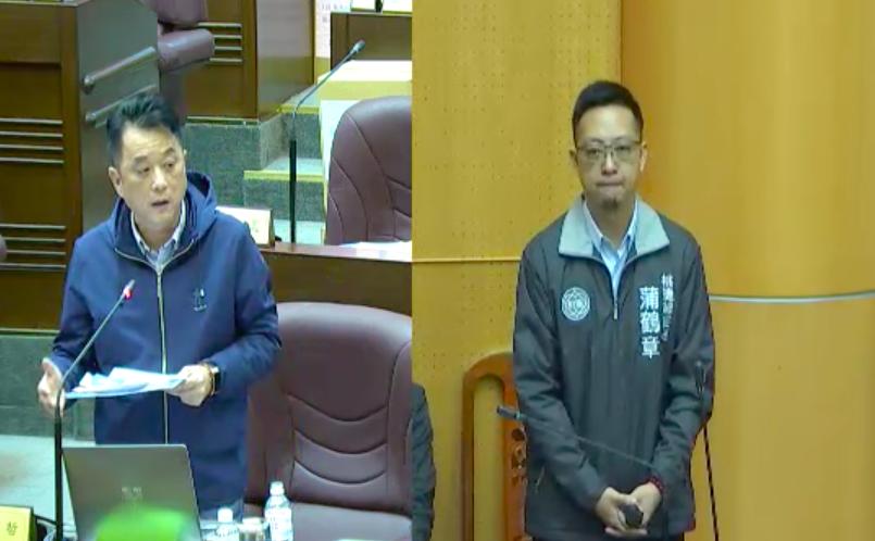 桃園機場捷運通車兩年多,近1年來陸續有乘客搭車時聞到車廂異味,市議員魯明哲(左)...