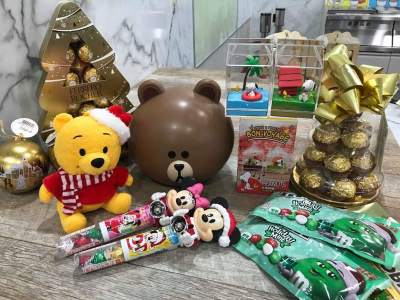 7-ELEVEN打造「愛.Sharing」耶誕主題專案架,推出多款適合交換禮物的可愛商品。記者陳立儀/攝影