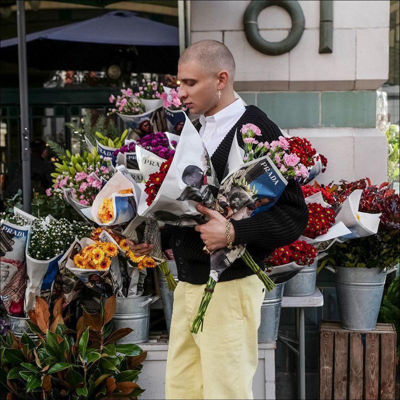 PRADA與七大城市的花店合作,讓早春系列形象廣告化身為包裝紙,徹底執行把品牌美感融入生活中的概念。圖/PRADA提供
