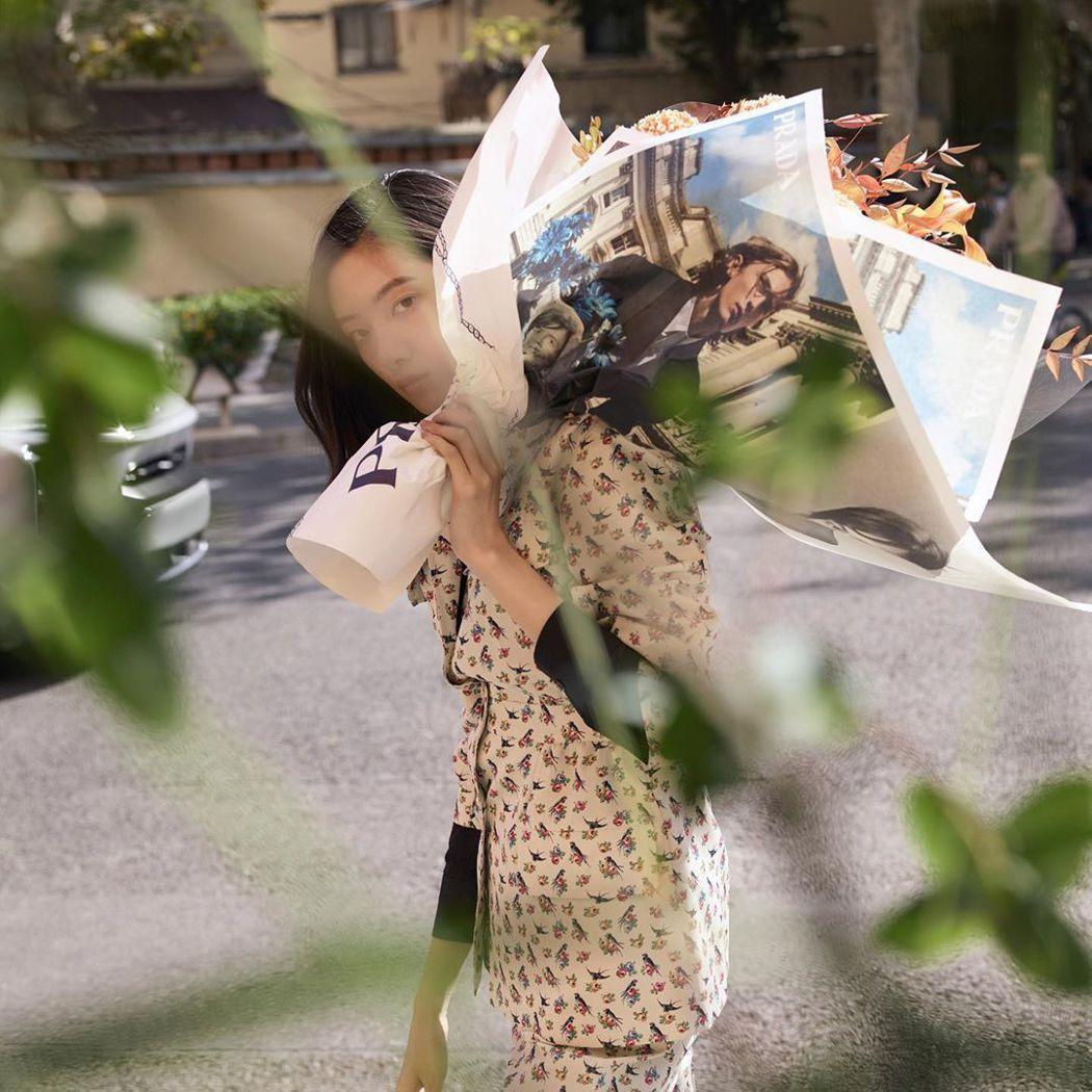 PRADA與七大城市的花店合作,讓早春系列形象廣告化身為包裝紙,徹底執行把品牌美...