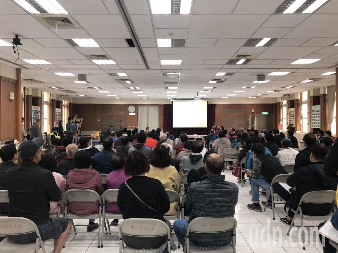 新北市交通局今天再與民眾召開五股泰山輕軌說明會,現場約5、60名民眾參與。記者張...
