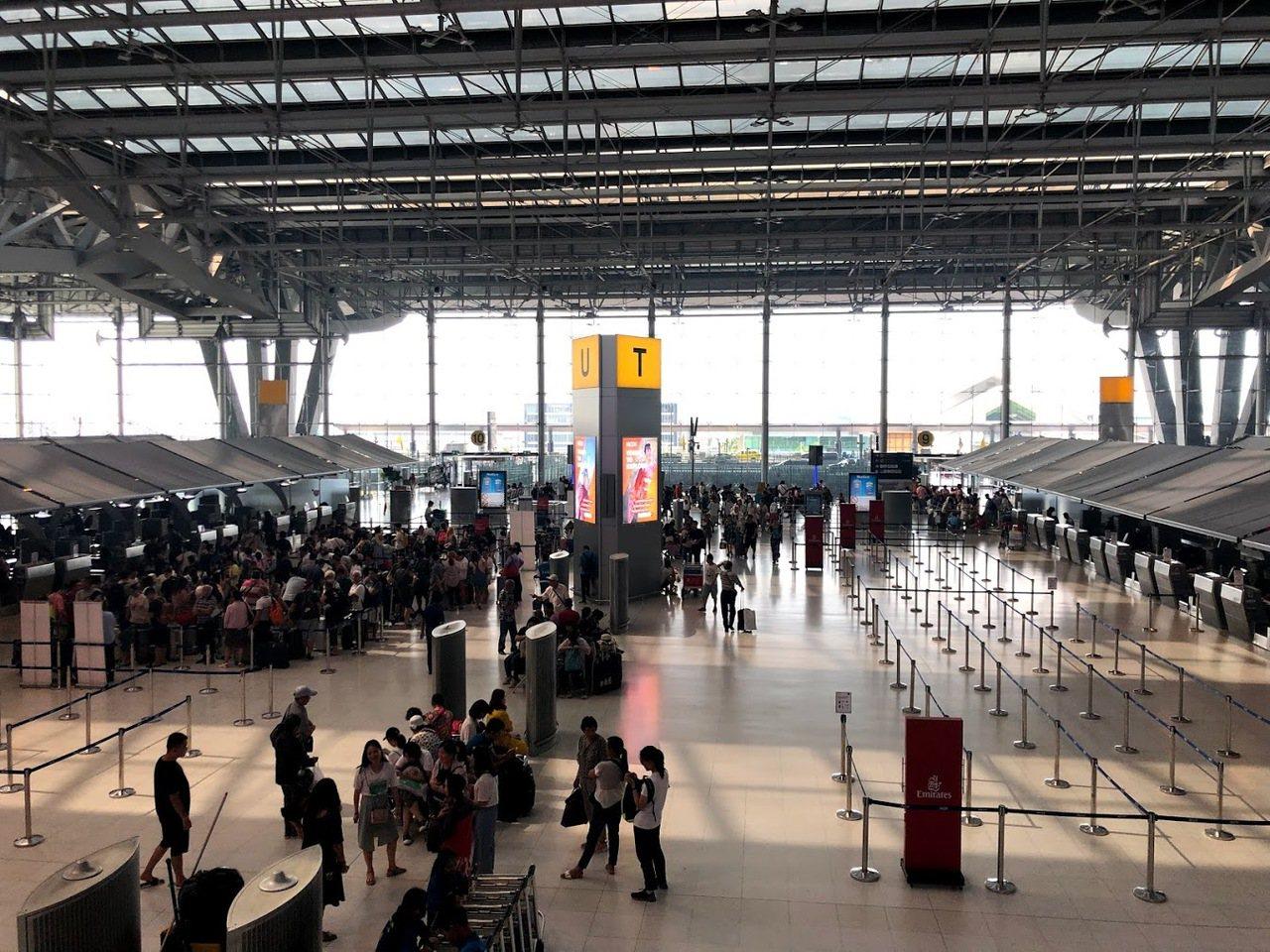 搭機要注意,自拍棒、攝影腳架可放在隨身行李帶上飛機,但收合需在60公分以內。記者...
