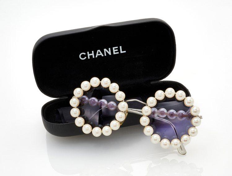 CHANEL,珍珠鑲邊圓形太陽眼鏡(預估拍價100-200歐元)。圖/香港蘇富比...