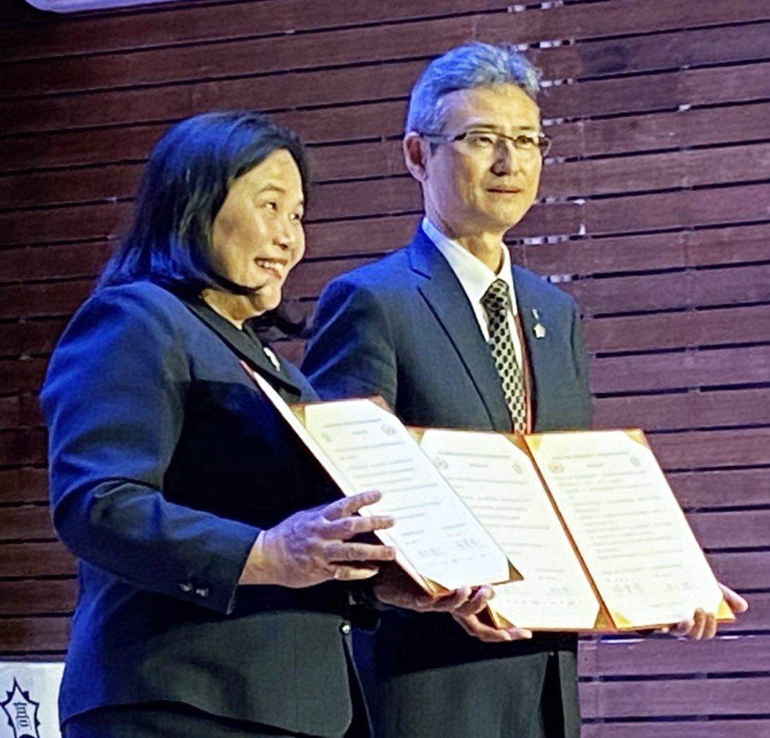 締約儀式在羅東高中演藝廳舉行,由羅東高中校長謝寶珠、本多健一完成簽約,本多健一大...