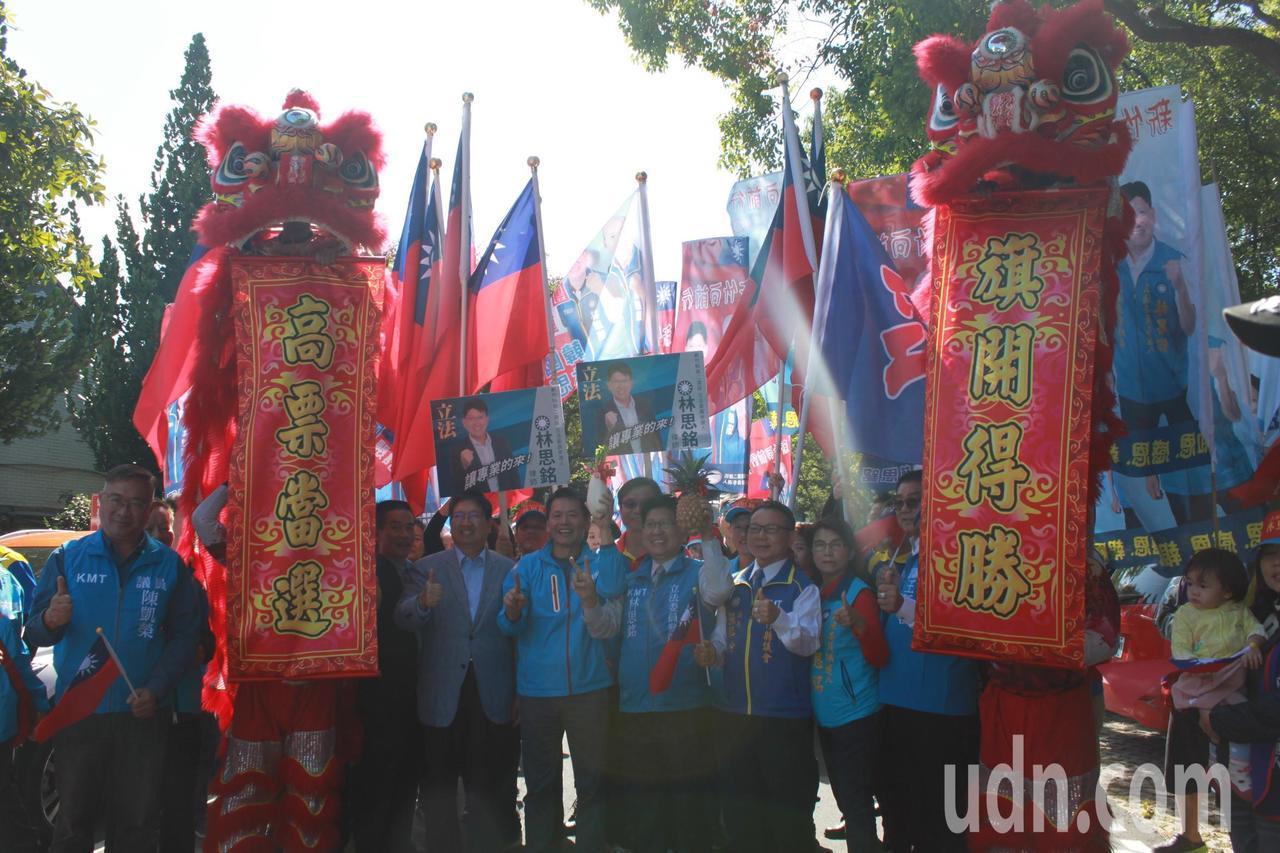 在議長張鎮榮、副議長王炳漢以及黨籍議員們陪同下,「由議會出發,進軍國會!」記者郭...