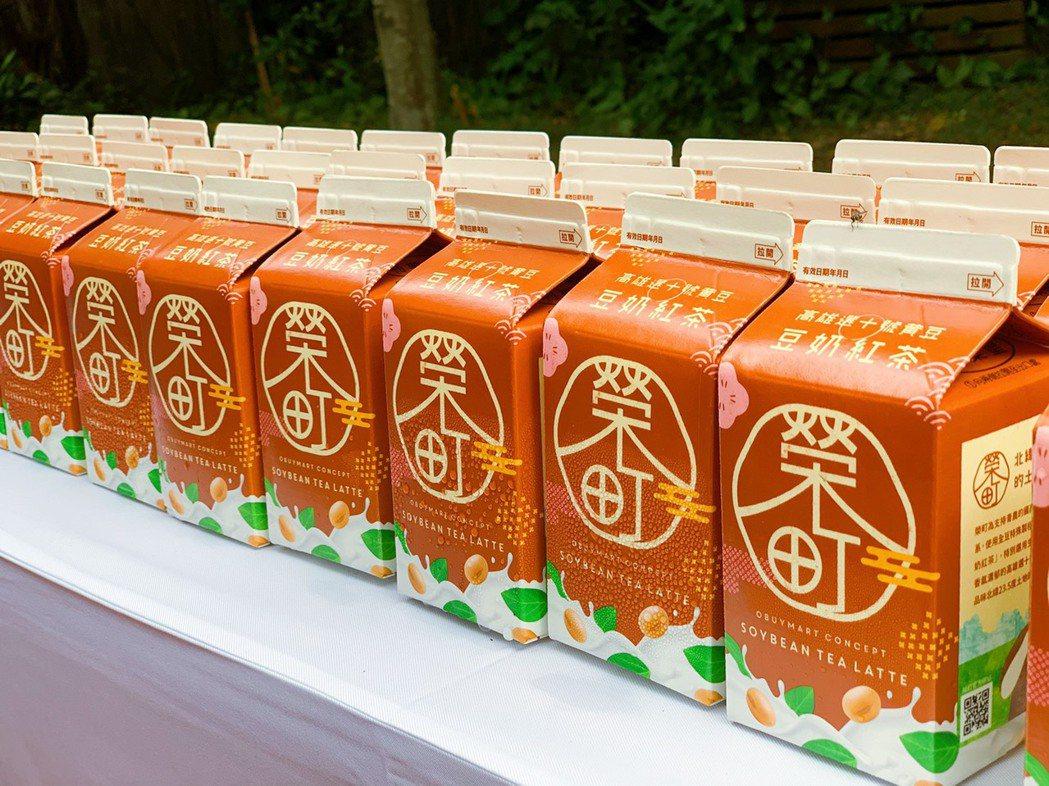 「榮町豆奶紅茶」小7獨家販售,上市期間嚐鮮價25元。記者徐力剛/攝影