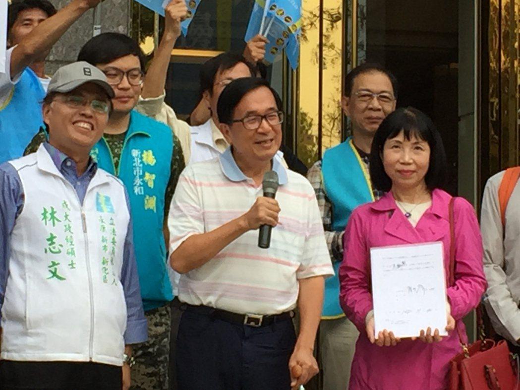 前總統陳水扁(前中)簽署同意一邊一國行動黨將他列不分區,並出住家大樓向支持者致意...