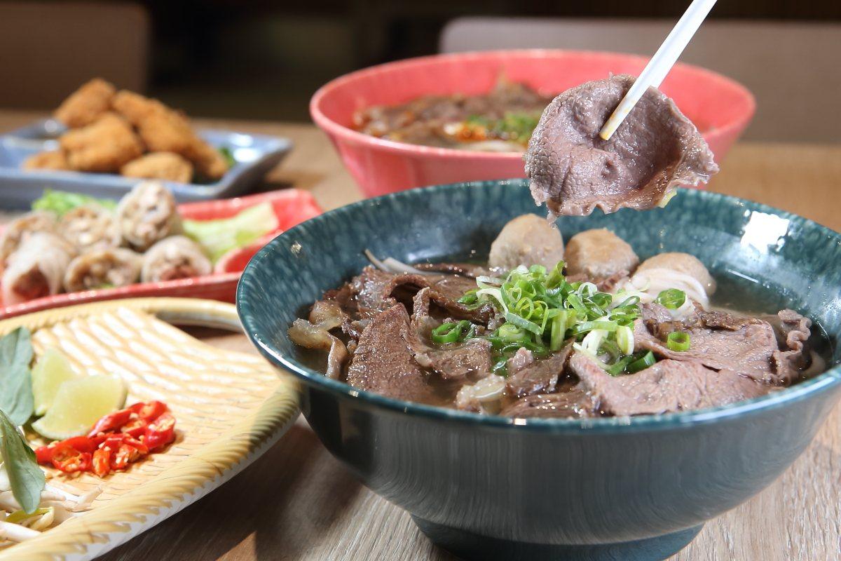 內含生牛肉、熟牛肉與牛肉丸的傳統火車頭河粉,每碗208元。記者陳睿中/攝影
