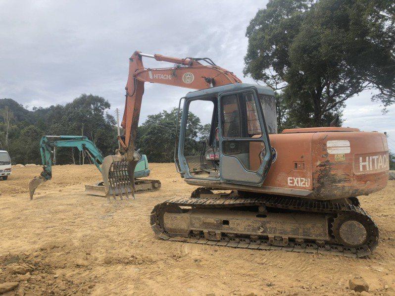 新竹縣尖石鄉傳山坡地非法開挖,橫山警分局昨天會同農業處等現地會勘,發現有挖土機正在施工整地,已開挖面積約3601平方公尺。圖/警方提供
