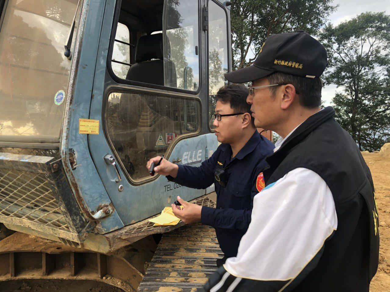 警方除查扣2輛挖土機等機具,並將全案依違反山坡地保育利用條例、水土保持法移送法辦...