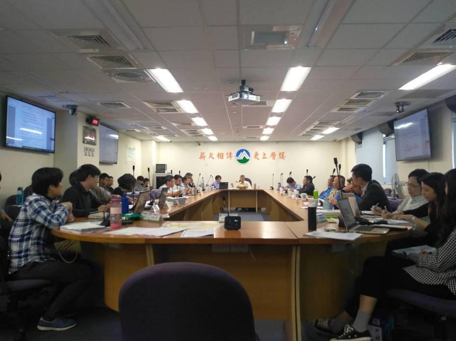 民營的新竹宏關電廠今(20)日於環保署專案小組進行第四次初審,仍需補件再審。 記者翁至威/攝影