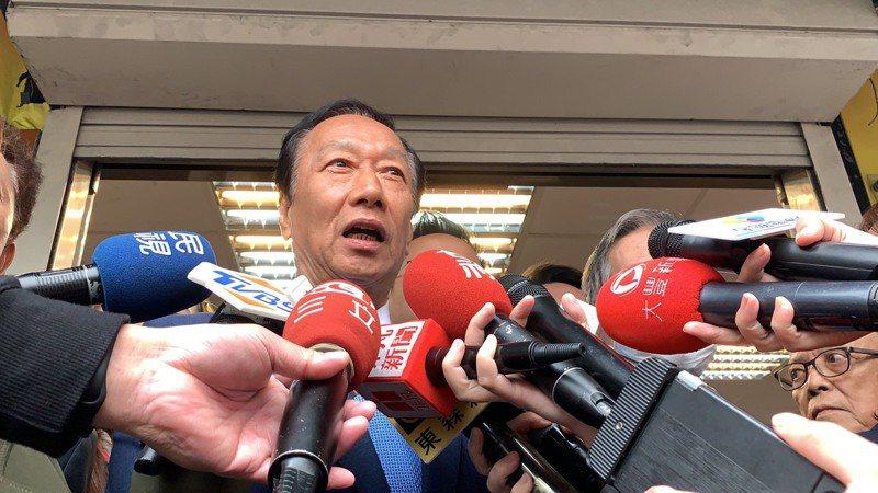 郭台銘今天下午到板橋拜訪前台灣省議會議長劉炳偉及市議員劉美芳,受訪時說柯文哲就是直白的人。記者張曼蘋/攝影