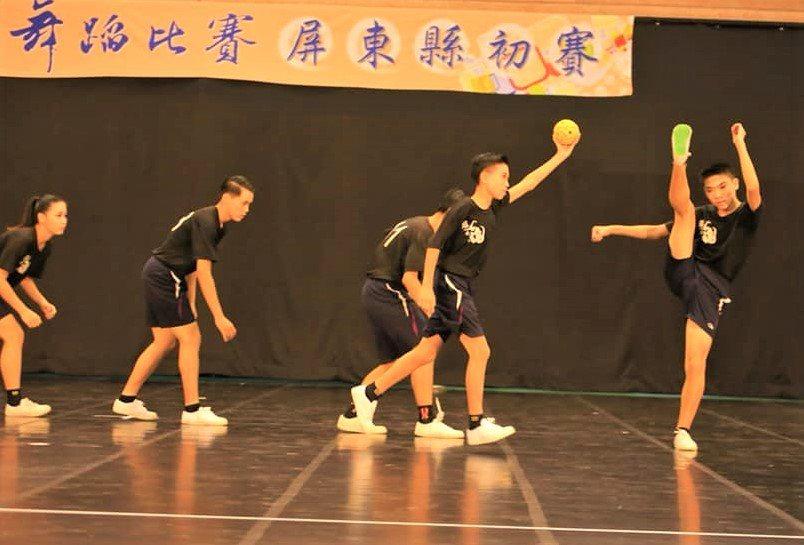 屏東佳冬國中將藤球的「力」與現代舞的「美」跨領域結合,以「燃燒的鬥魂」舞碼,在屏...