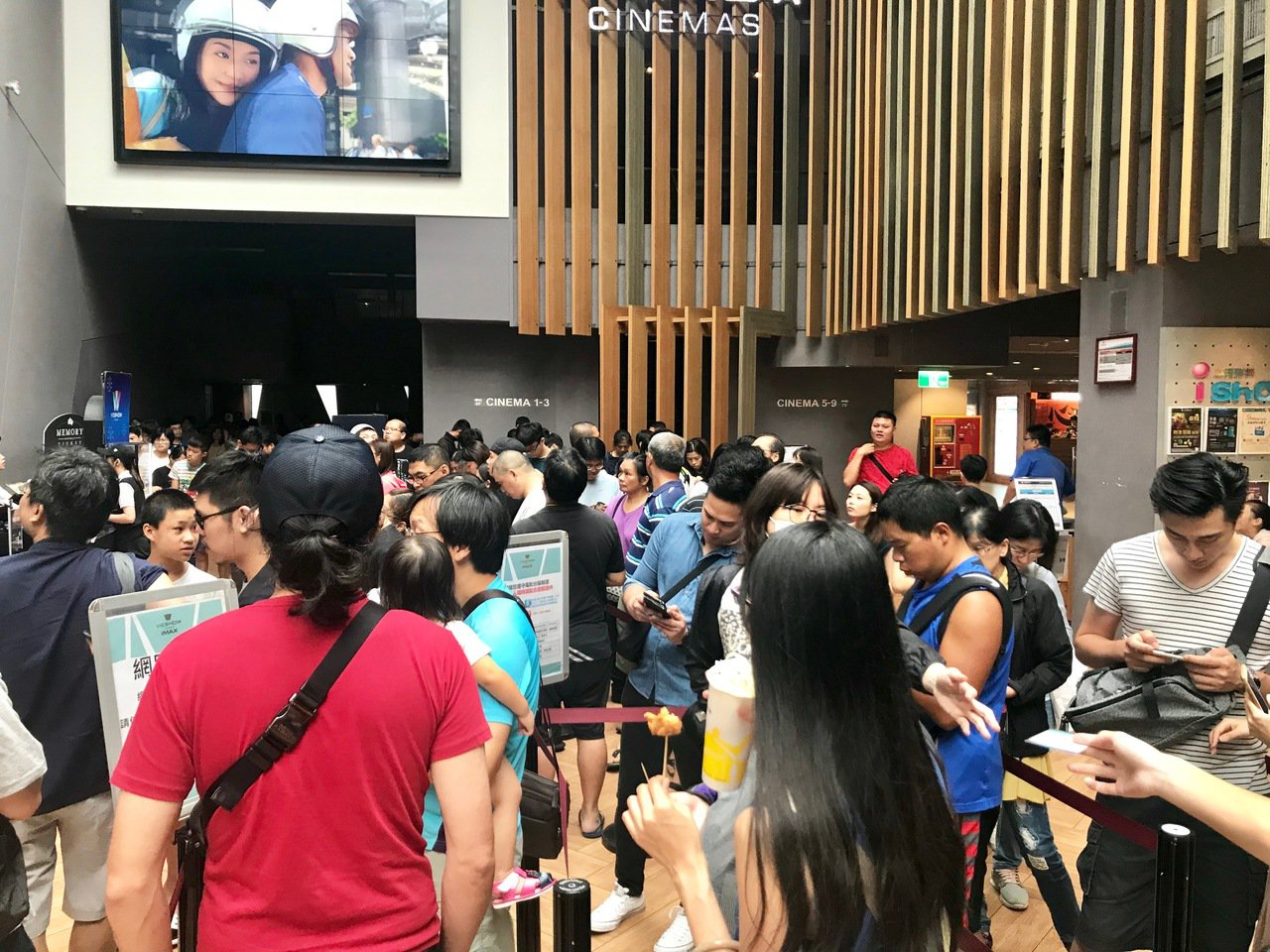 新竹客層年輕且家庭客多,巨城周年慶推出每日消費滿2千就可一人獨得「200張威秀電...
