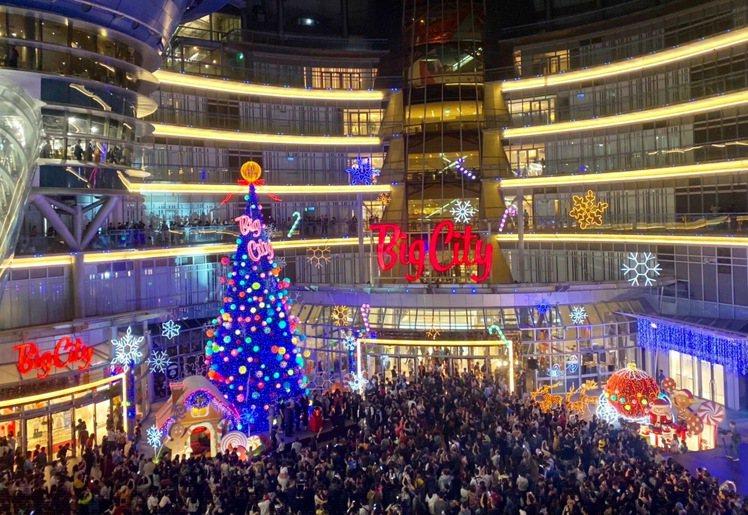 巨城購物中心Big City耶誕主題燈飾亮起,周年慶即將於11/28起至12/9...