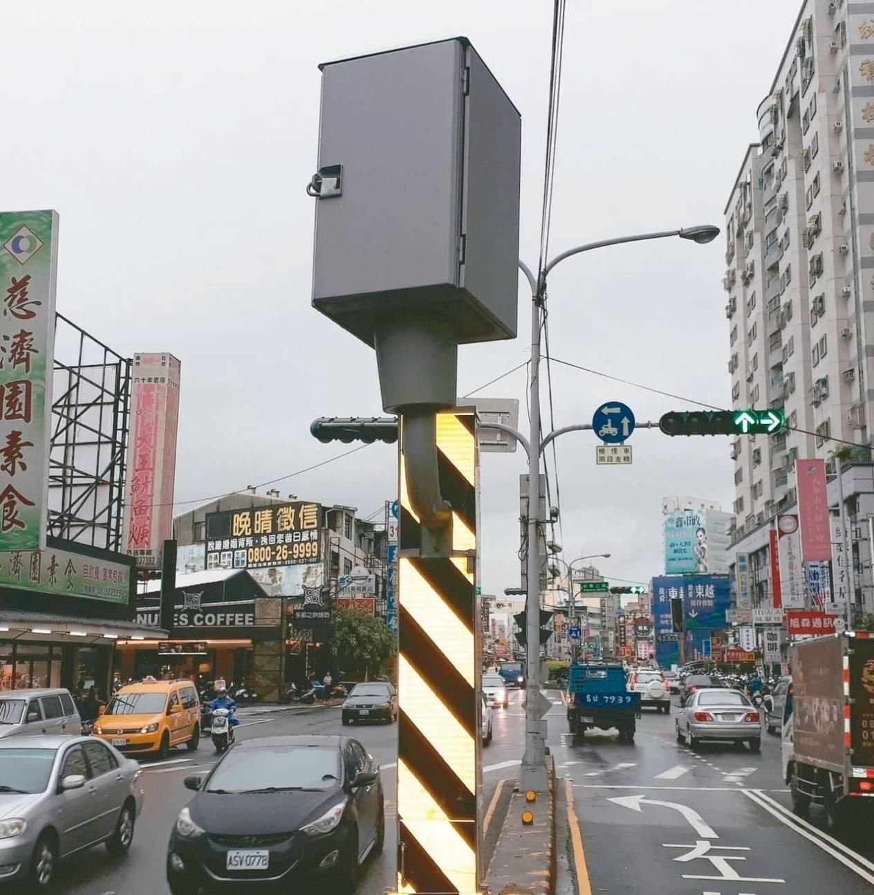 台南市今年1月到10月闖紅燈最多地點,是永康區中華路、中華二路口,警方共拍照取締...