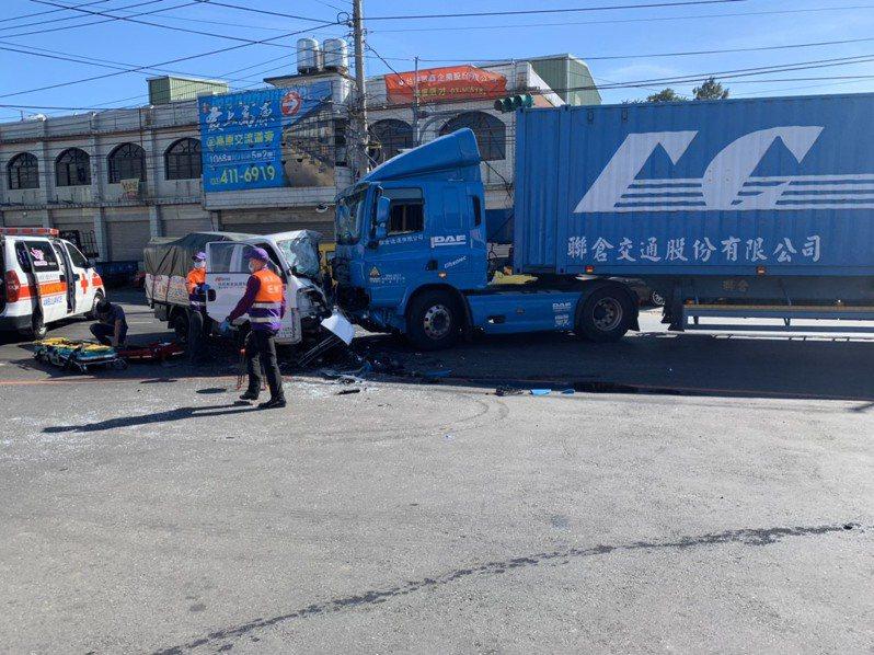 桃園市龍潭區中原路、楊銅路口,今天上午發生小貨車追撞聯結車事故,小貨車車頭嚴重變型,駕駛受困車內。記者張弘昌/翻攝