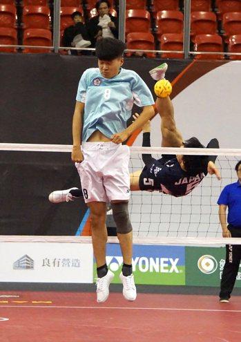 中華藍不敵日本,無緣挺進台灣國際藤球邀請賽三人賽四強。記者劉肇育/攝影