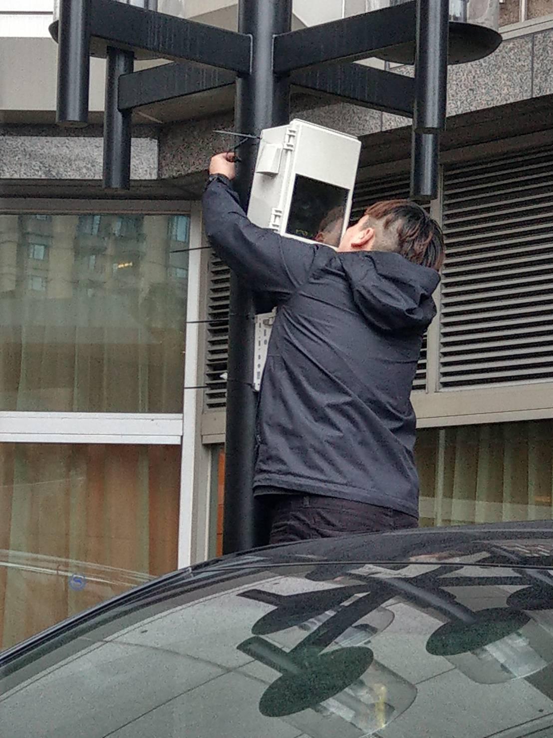 警方今天動用微波通訊設備即時盯場。記者李隆揆/翻攝