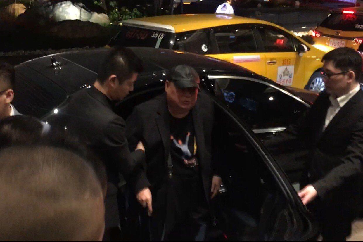 下午5時許,黃少岑搭乘坐車到場,在數十名幫會成員的簇擁下,坐著輪椅進場。記者李隆...