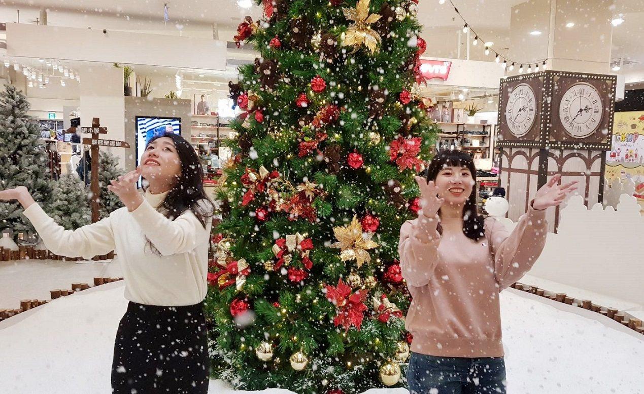 環球購物中心新北中和「小熊學校耶誕小鎮」,定時每兩小時從高空飄灑落白雪。圖/環球...