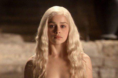 人氣影集《冰與火之歌:權力遊戲》(Game of Thrones)已經完結,飾演「龍母」丹妮莉絲的女星艾蜜莉亞·克拉克(Emilia Clarke)日前受訪回味這段歷程,透露當初拍第一季的裸露鏡頭讓...