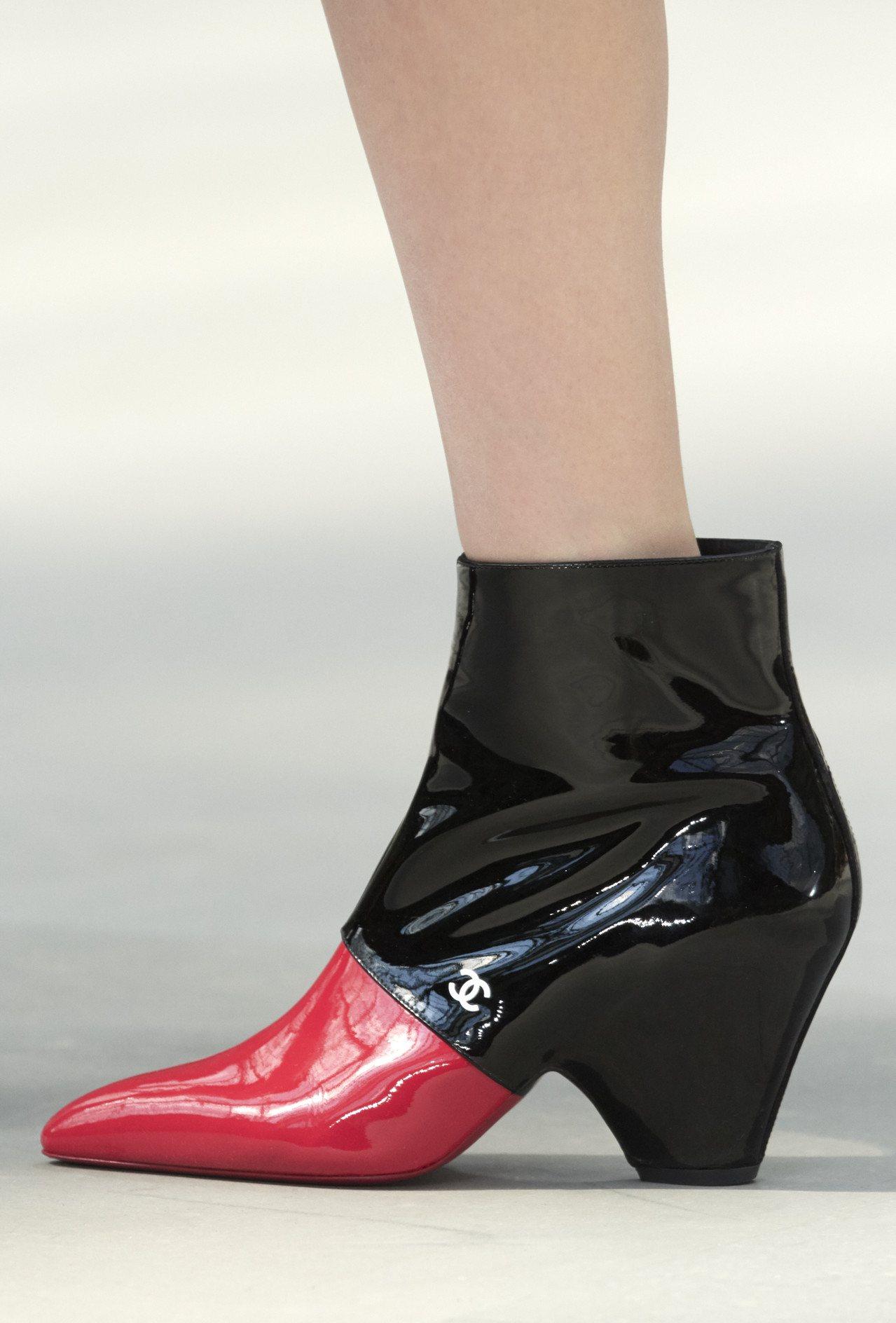 雙色漆皮粗跟短靴。圖/香奈兒提供