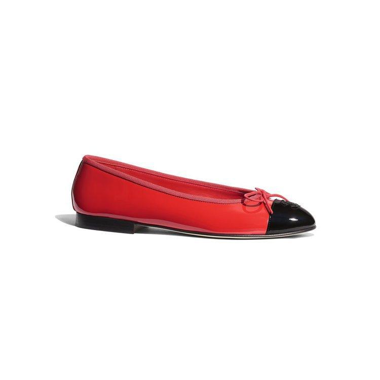 紅色漆皮雙色芭雷舞鞋,21,600元。圖/香奈兒提供