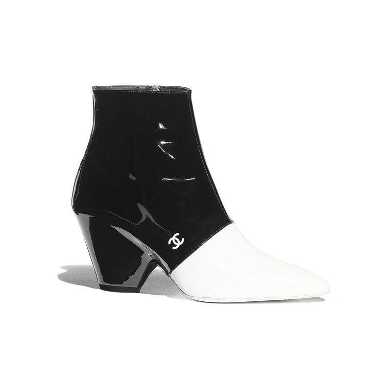 黑白雙色漆皮粗跟短靴,45,200元。圖/香奈兒提供
