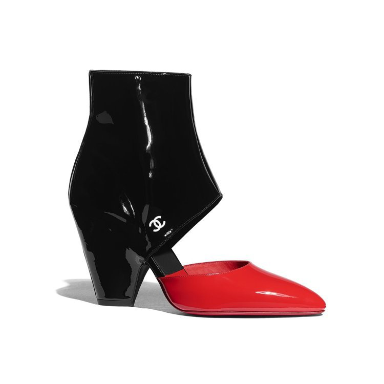 紅黑雙色漆皮鏤空粗跟短靴,43,500元。圖/香奈兒提供