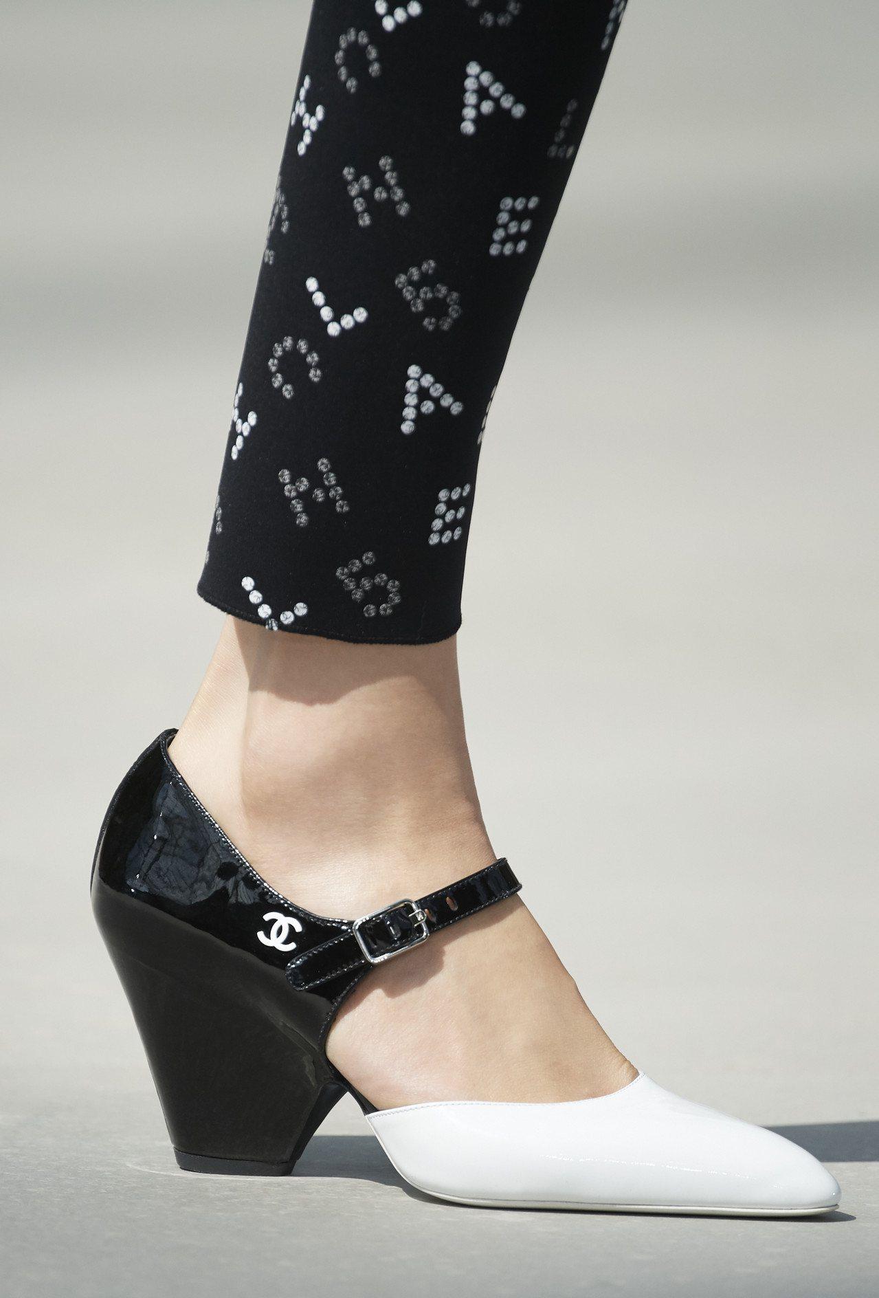 白色亮漆雙C標誌則低調地標在腳踝部位,巧妙點綴小驚喜。圖/香奈兒提供