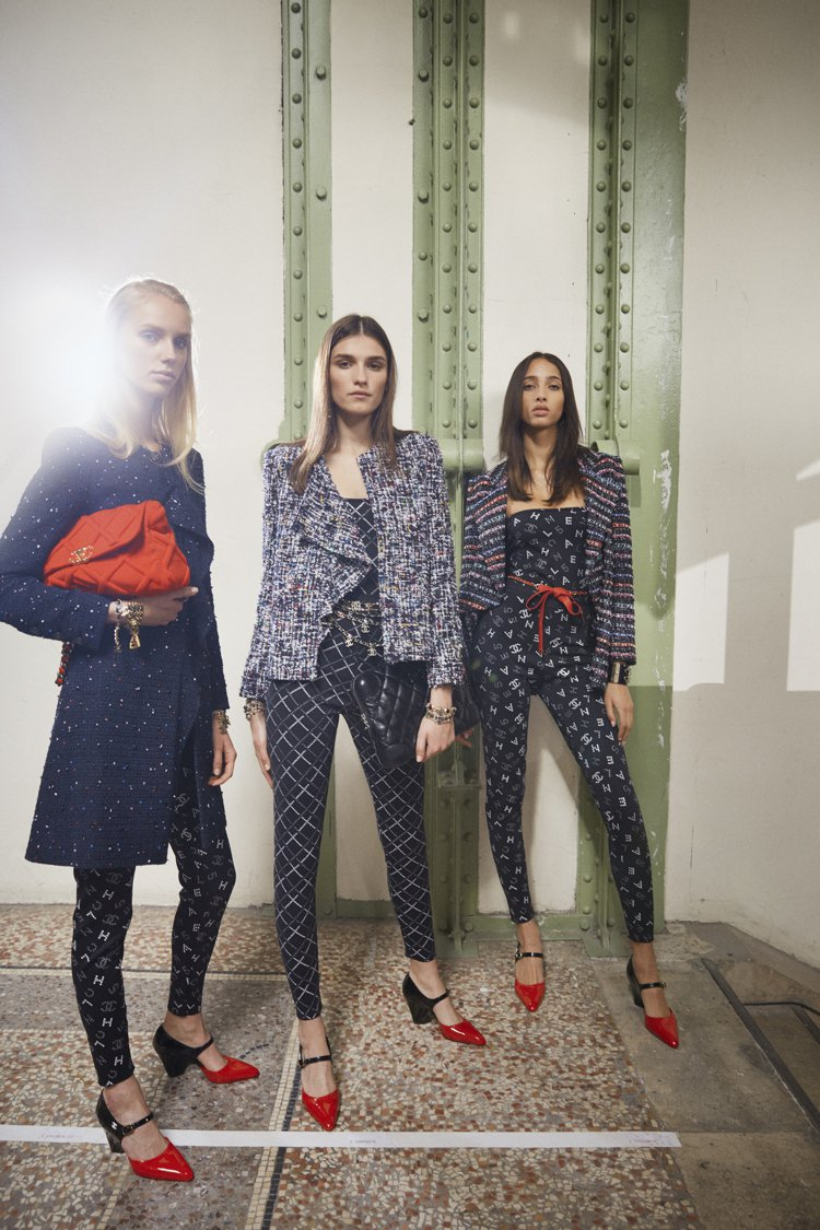 錐形粗跟、漆皮元素,繫帶設計,創意總監維吉妮維婭用這三大特色重塑香奈兒的「雙色」...