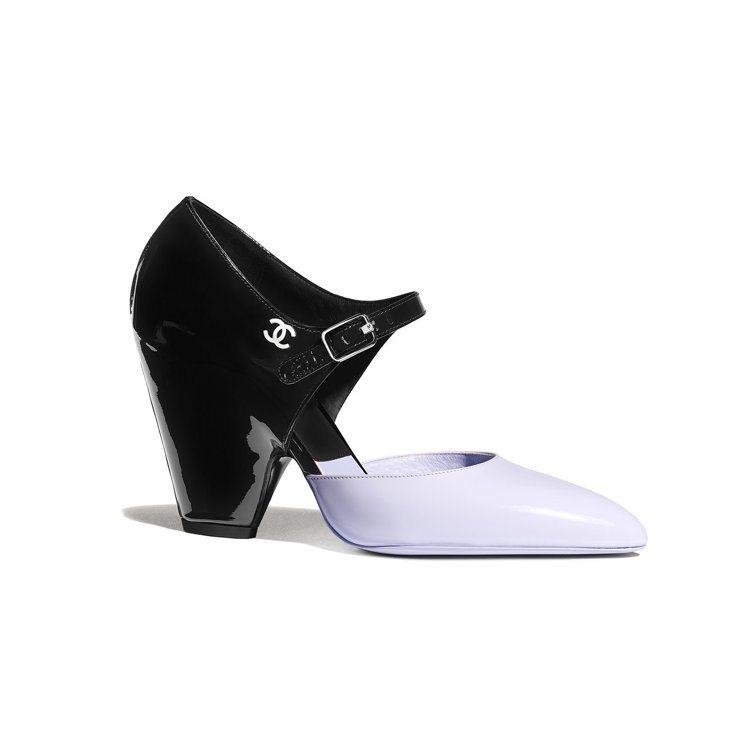 紫黑雙色漆皮粗低跟鞋,33,600元。圖/香奈兒提供