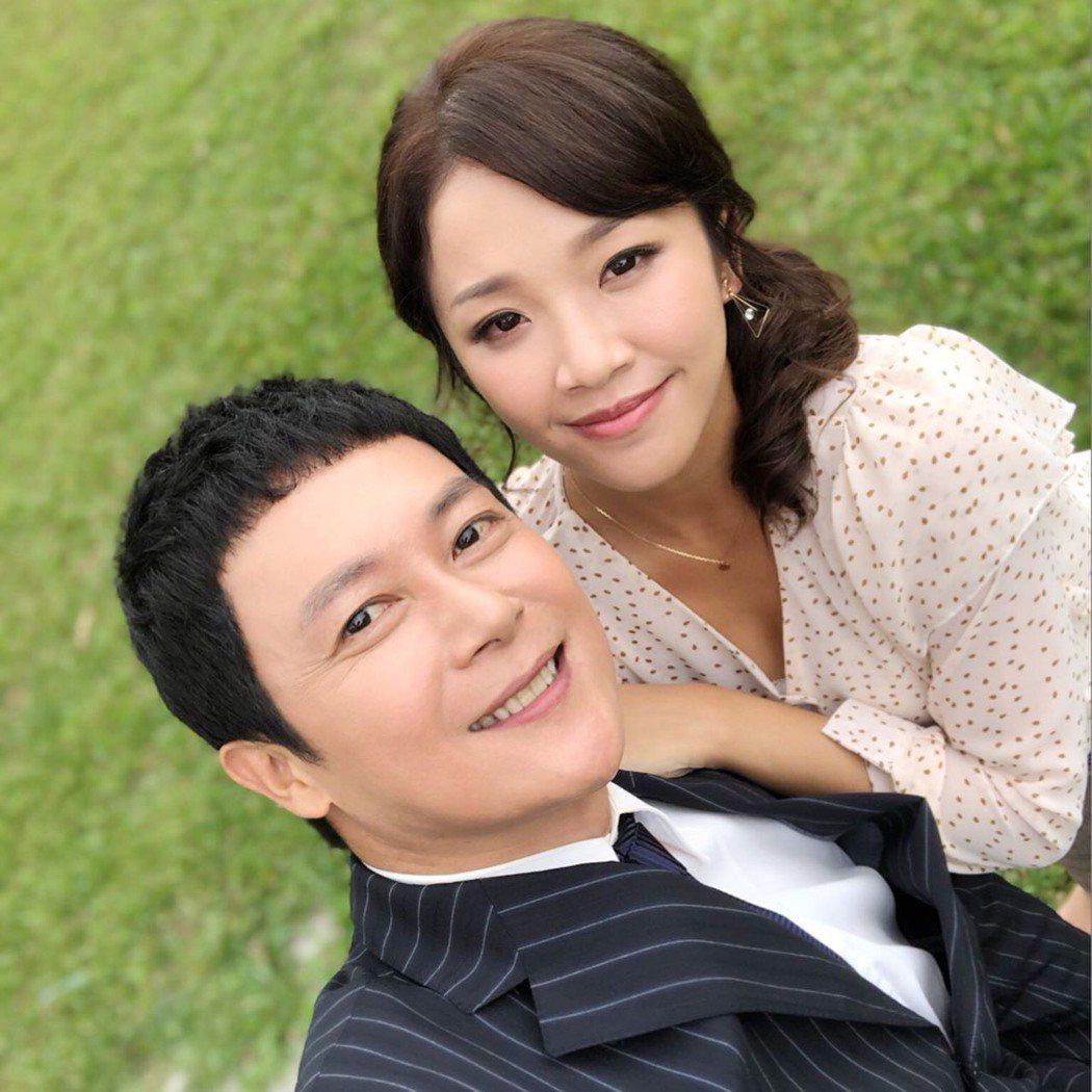 王燦(左)和賴慧如搭檔,戲裡雖然常大小聲,戲外卻對她讚譽有加。圖/摘自臉書
