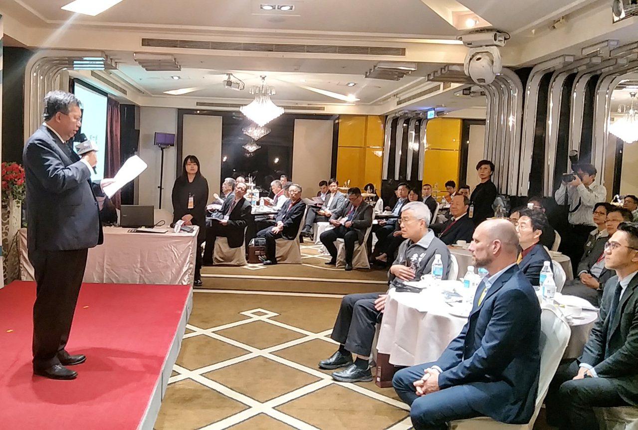 桃園市長鄭文燦(左一)在外資企業聯繫會議介紹桃園投資環境優勢,歡迎外資台商到桃園...