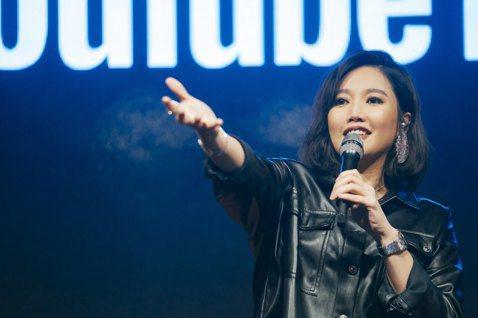 A-Lin昨晚受邀於YouTube全新音樂服務發表會演出,首唱新歌「旅.課」,她透露很緊張並幽默自嘲:「我只是一位歌手,在那麼多百萬人氣YouTuber面前演唱,麻煩大家讓我一下!」YouTube也...
