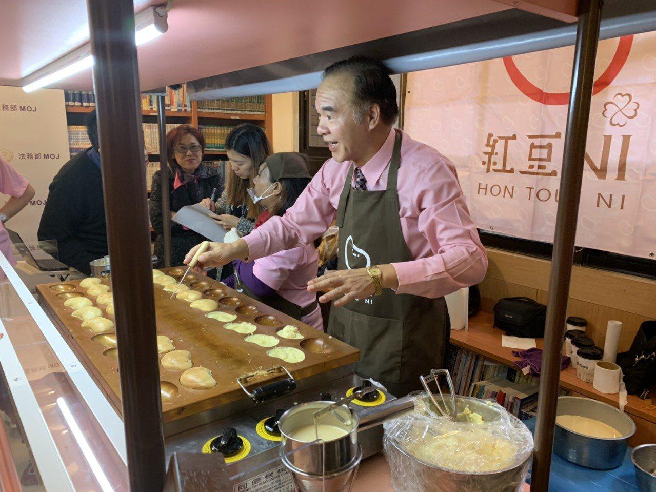 矯正署署長黃俊棠製作「紅豆NI」。記者王聖藜/攝影