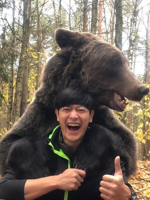 八大「世界第一等」主持人張勛傑為節目再出任務,與重達250公斤的俄羅斯棕熊拍一系列沙龍照,為達成拍照任務,飼主安排陪棕熊玩拔河的遊戲,只見張勛傑等人共3位大男生上場,卯足全力仍敵不過一隻棕熊力氣,他...