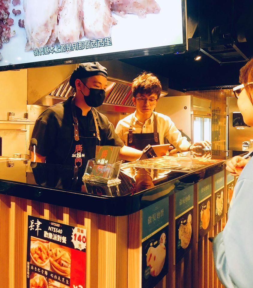 唐從聖現在開了新的雞排店,名叫「唐門潮雞排」。圖/唐從聖臉書